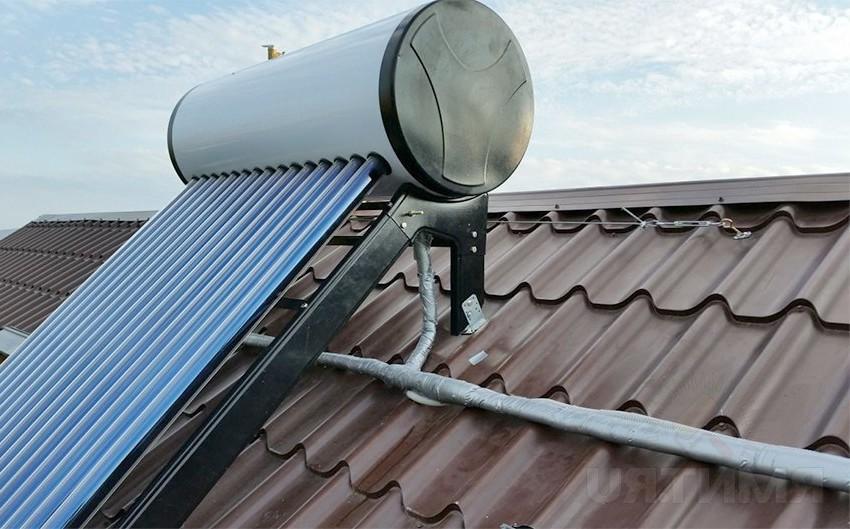 Сезонный солнечный коллектор на крыше в Украине