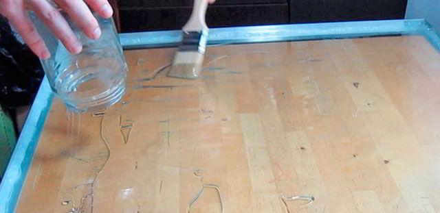 компаунд выливается на стекло и равномерно распределяется при помощи кисти