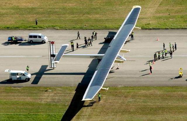 Самолет на солнечных батареях  летит вокруг земли