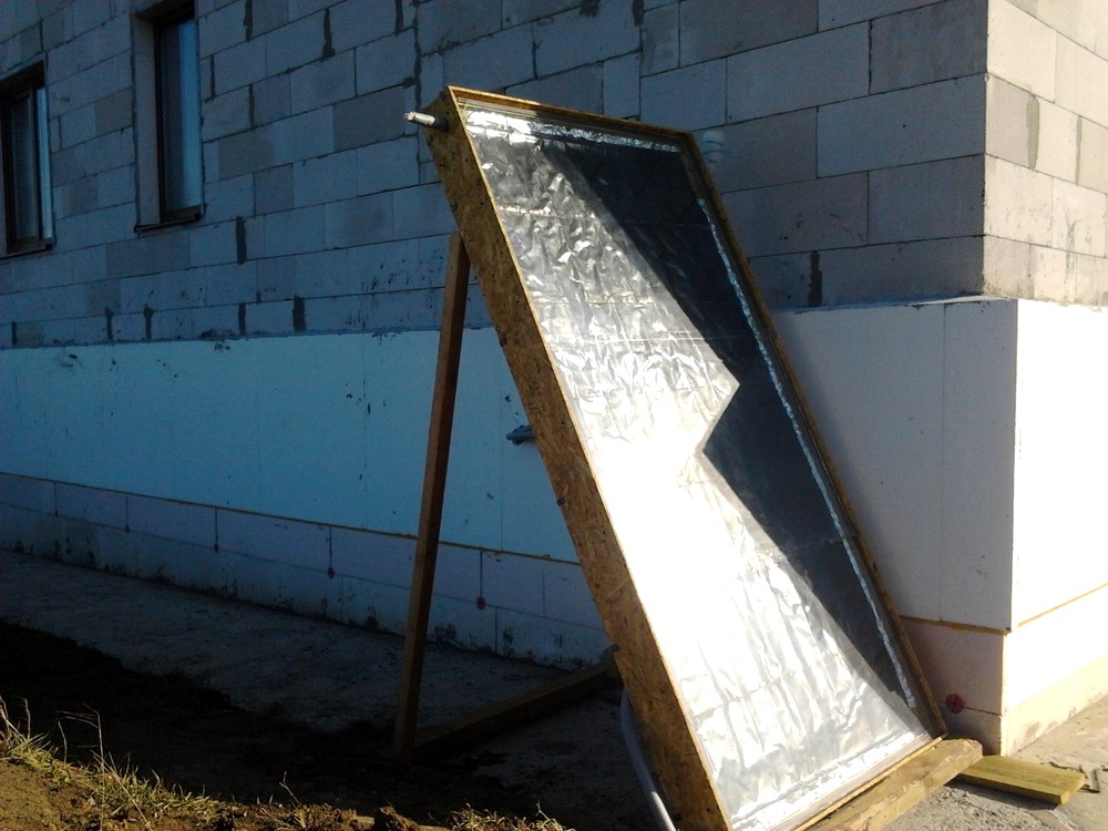 В утреннее время часть солнечного коллектора затенена домом